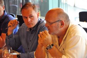 Marius Andrè Aasly og Tom Henriksveen funderer på hvilken vin dette er.